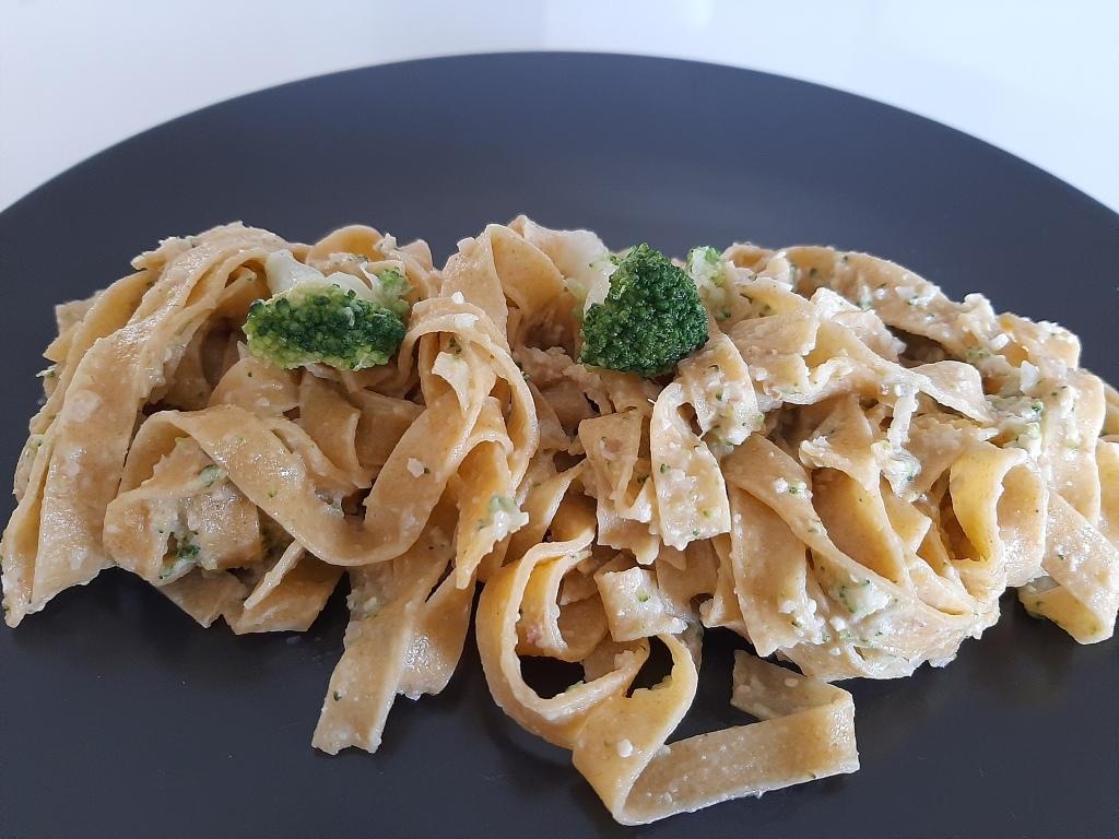 fettuccine vegan con pesto di broccolo calabrese e noci / non solo tofu
